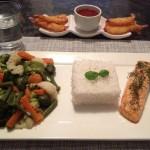 Rijst met zalm en stoomgroente
