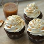 Chocoladecupcakes met karamel botercrème