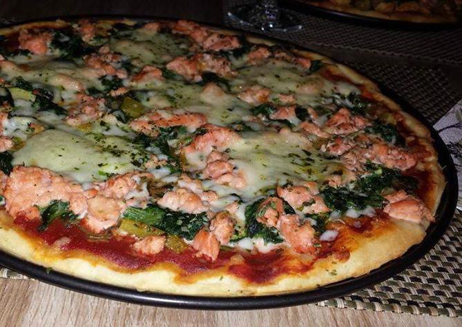 Pizza met zalm, spinazie en mozzarella