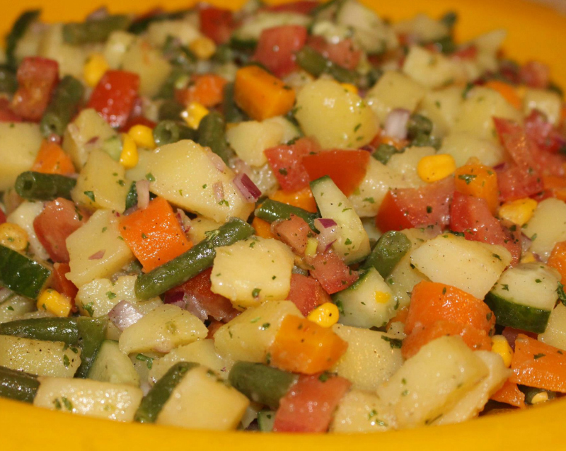 Frisse aardappelsalade met groenten