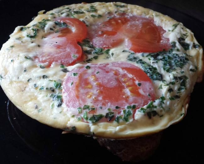 Omelet met roomkaas en tomaat