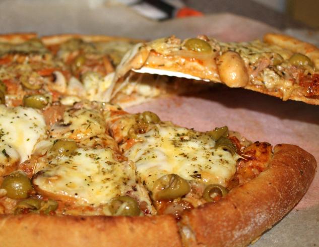 Pizza met tonijn en olijven