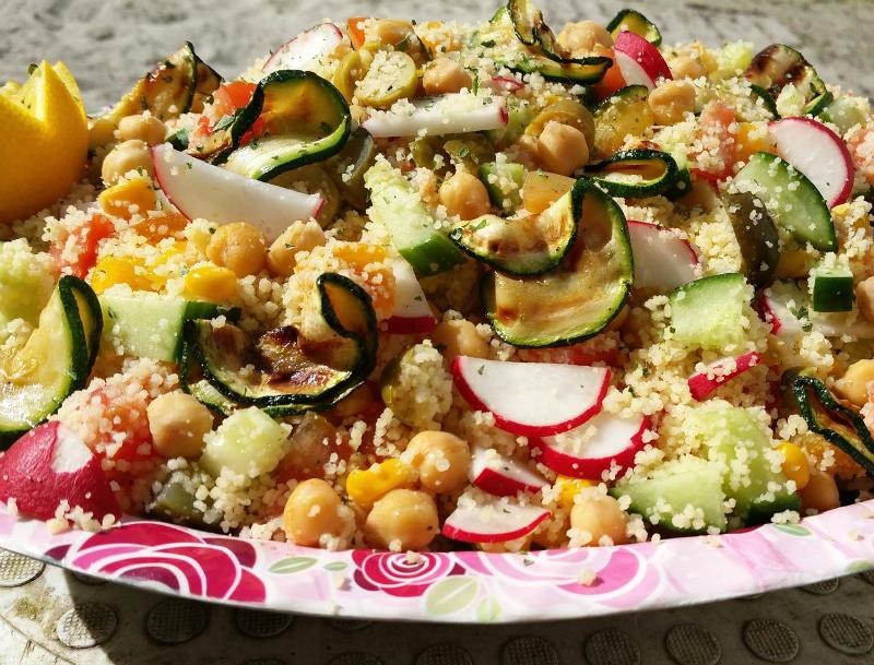 Couscous salade met kikkererwten en courgette
