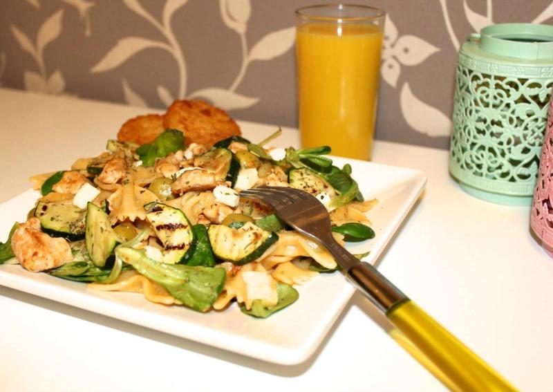 pastasalade-rode-pesto-kip-gegrilde-courgette