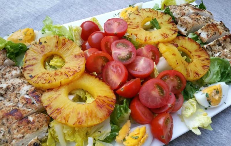 Zomerse salade met gegrilde kip en ananas