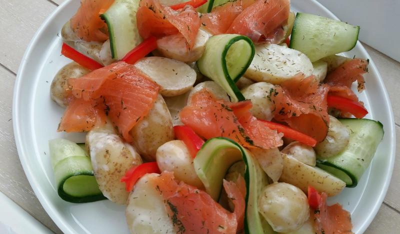 Aardappelsalade met zalm, komkommer en dille
