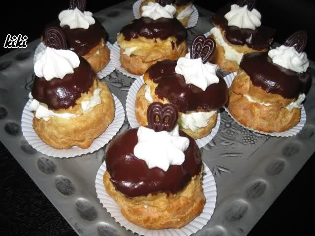 Gebakjes met kersen en pudding