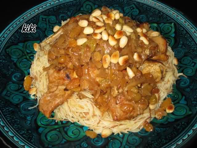 Konijn met ui, rozijnen en vermicelli