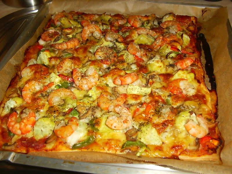 Pizza met witte koolvis en scampi's