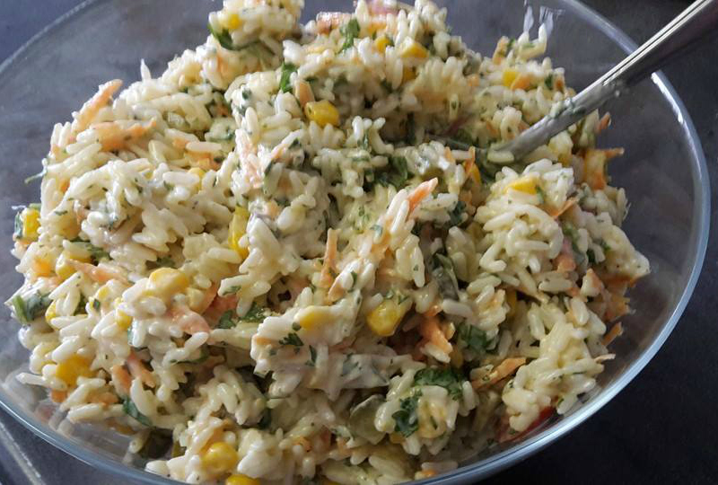 Vegetarische rijstsalade met mais