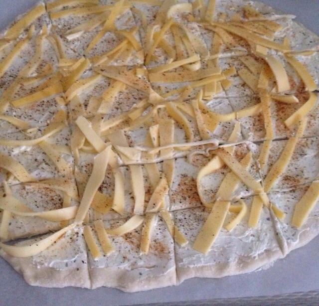 Pizza met kruidenboter en kaas