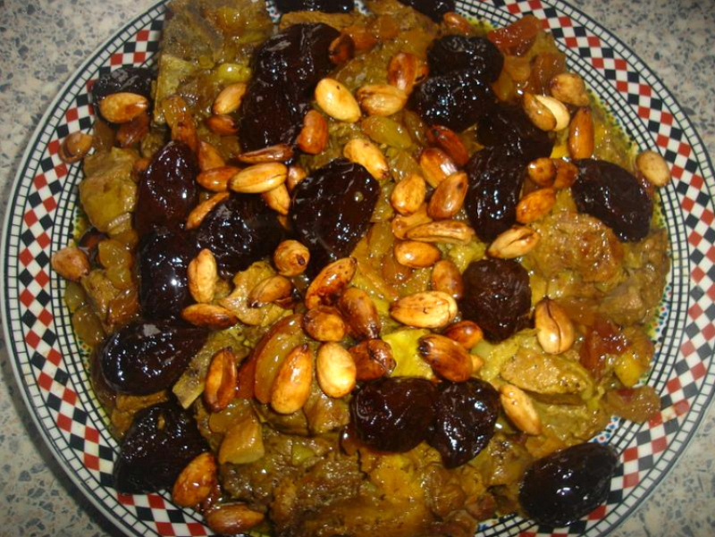 Zoet vlees met pruimen, rozijnen en amandelen