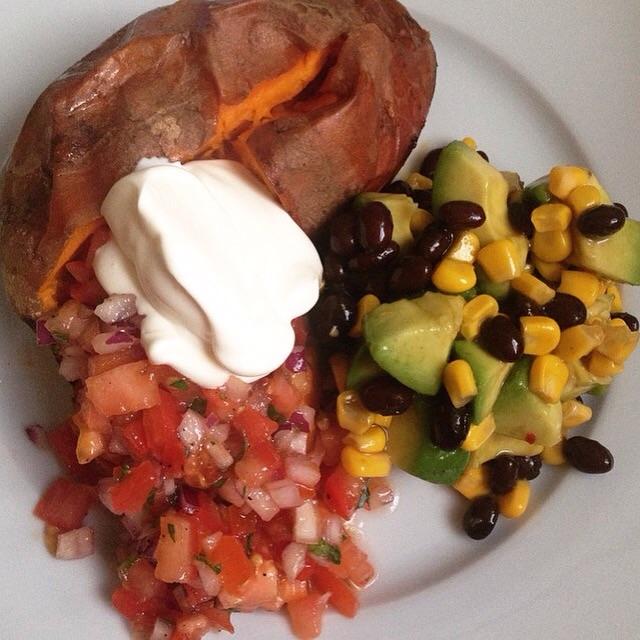 Gepofte zoete aardappel en Mexicaanse salsa