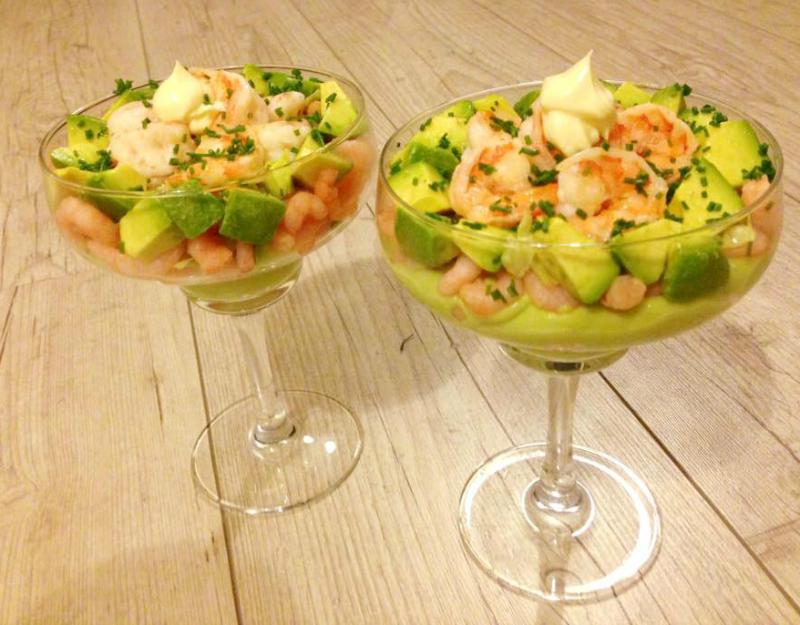 Glaasjes met avocado en garnalen