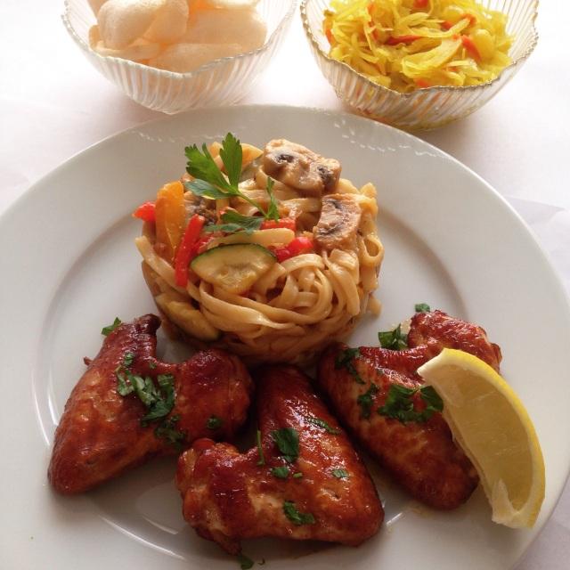 Bami met kippenvleugels uit de oven