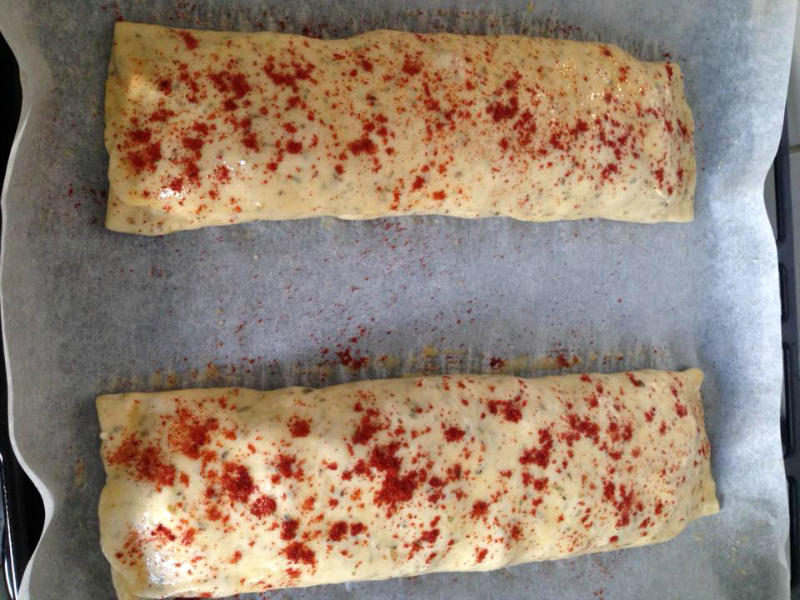 Gevuld brood met kip, paprika en kaas