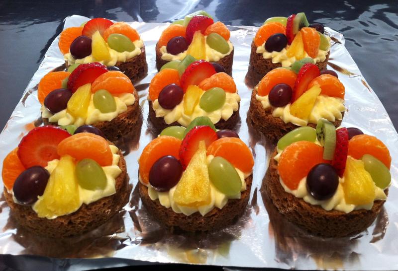 Zandkoekjes met banketbakkersroom en fruit