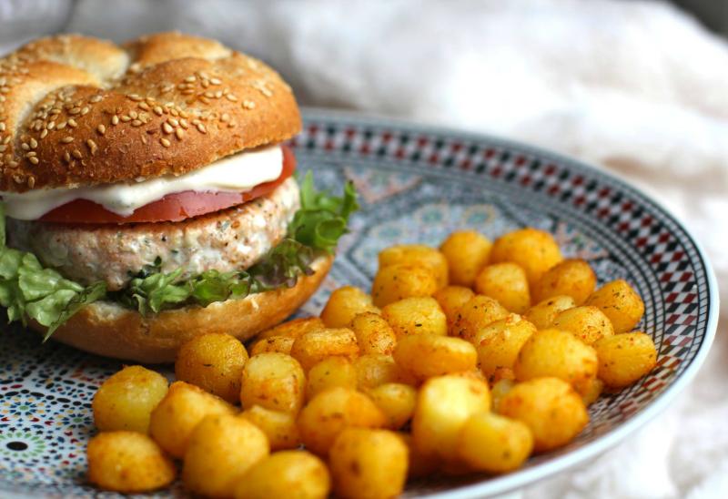 Zalmburgers met homemade saus