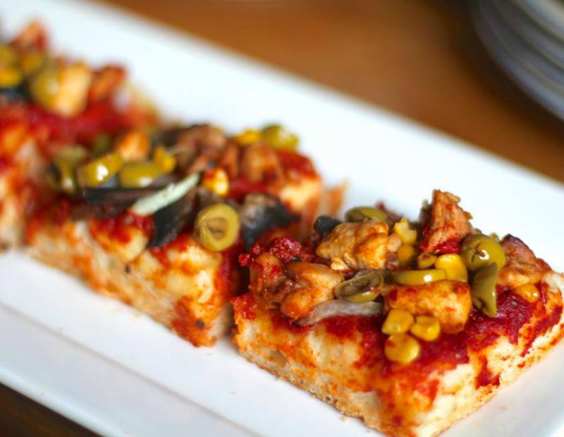 Rijkbelegde pizza hapjes
