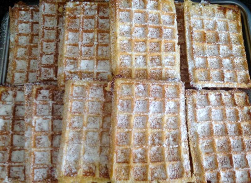 Wafels bakken in een wafelijzer