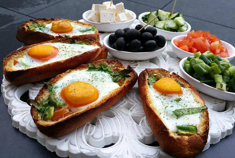 Gevulde afbakbroodjes met ei