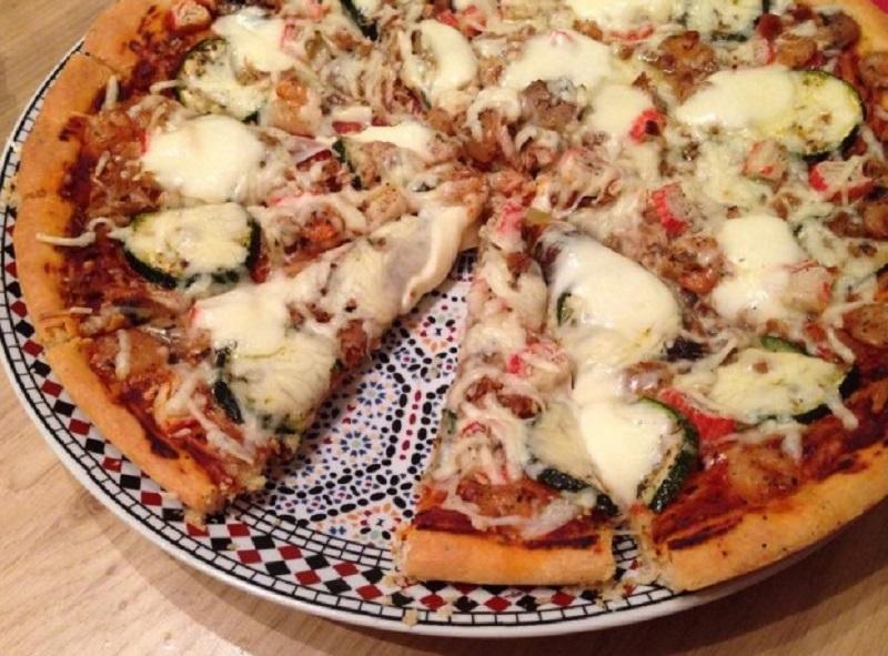 Pizza met tonijn en surimi