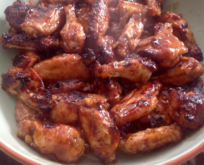 Zoet pittige kleverige kippenvleugels