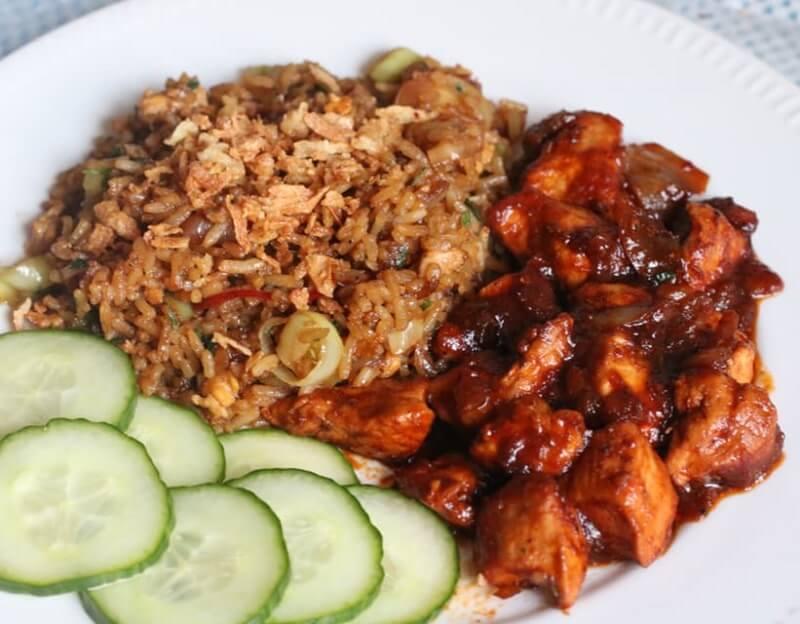 Nasi met kip en ingelegde komkommer