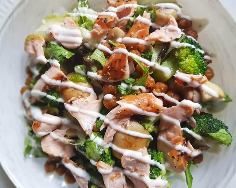 Salade van kikkererwten, zalm en broccoli