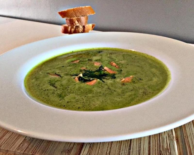 Zalmsoep met dille en spinazie
