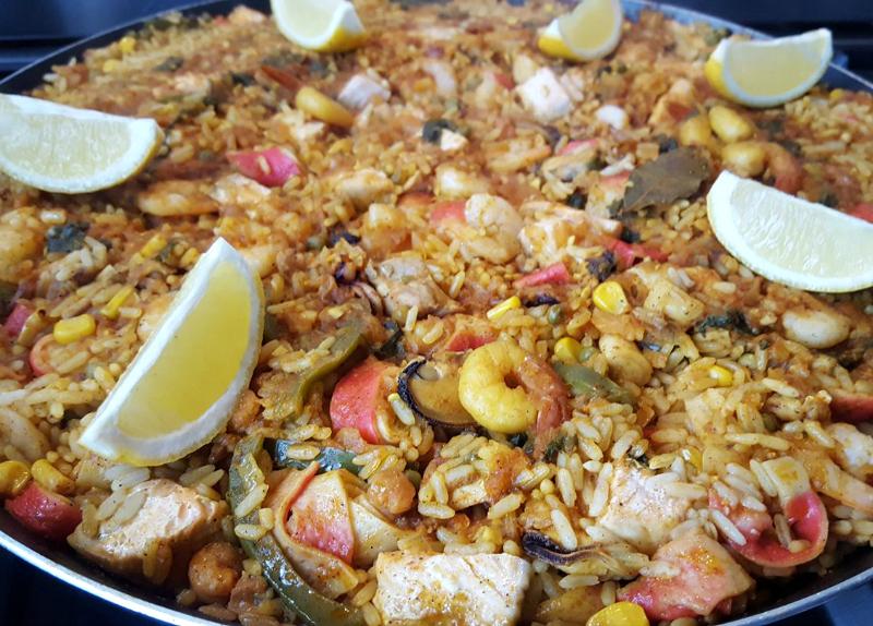 Paella met garnalen en kip