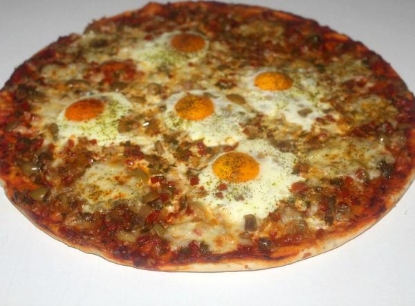 Pizza met eieren
