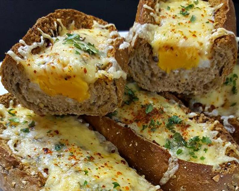 Broodje ei uit de oven met kaas