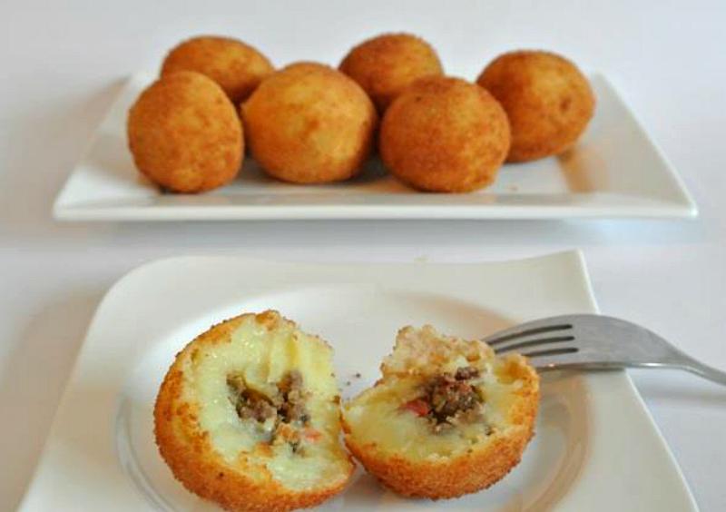 Aardappelballetjes gevuld met gehakt