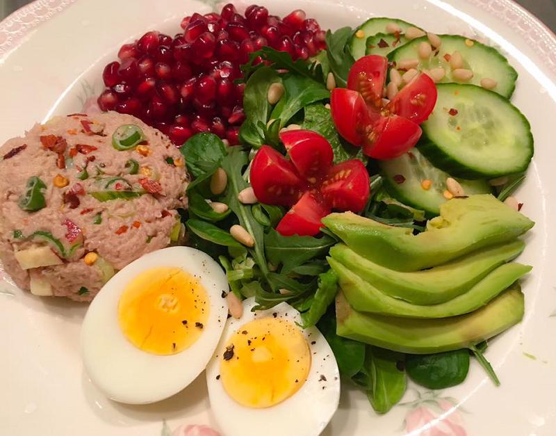 Frisse salade met tonijnburger