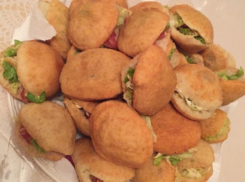 Gefrituurde broodjes met kip en salade
