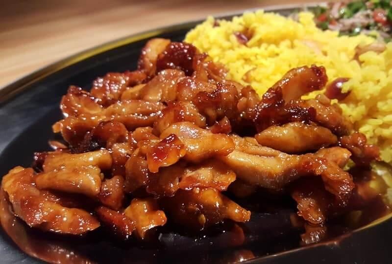Zoete kipreepjes met gele rijst
