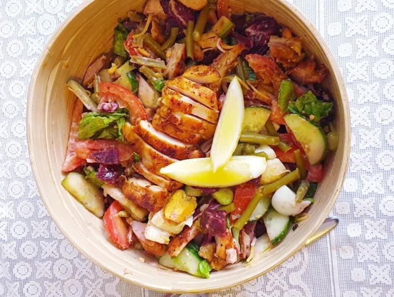 Salade met kippendij, rode bieten en sperziebonen