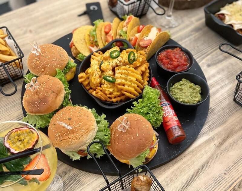 Hamburgers en wafelfriet met kaassaus