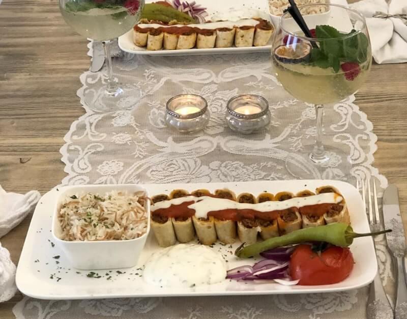 Beyti kebabı (Turkse köfte in deeg met tomatensaus)
