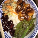 Poké bowl met garnalen en peultjes