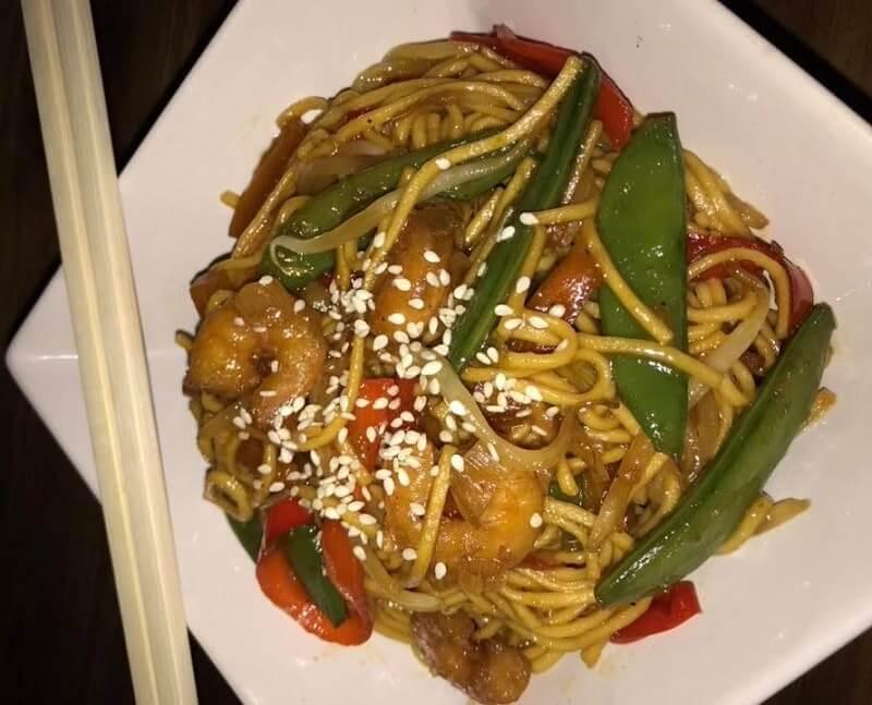 Aziatische noodels met garnalen en sugar snaps