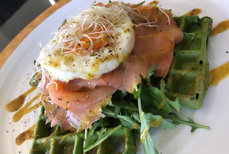 Hartige spinazie wafels met zalm en ei