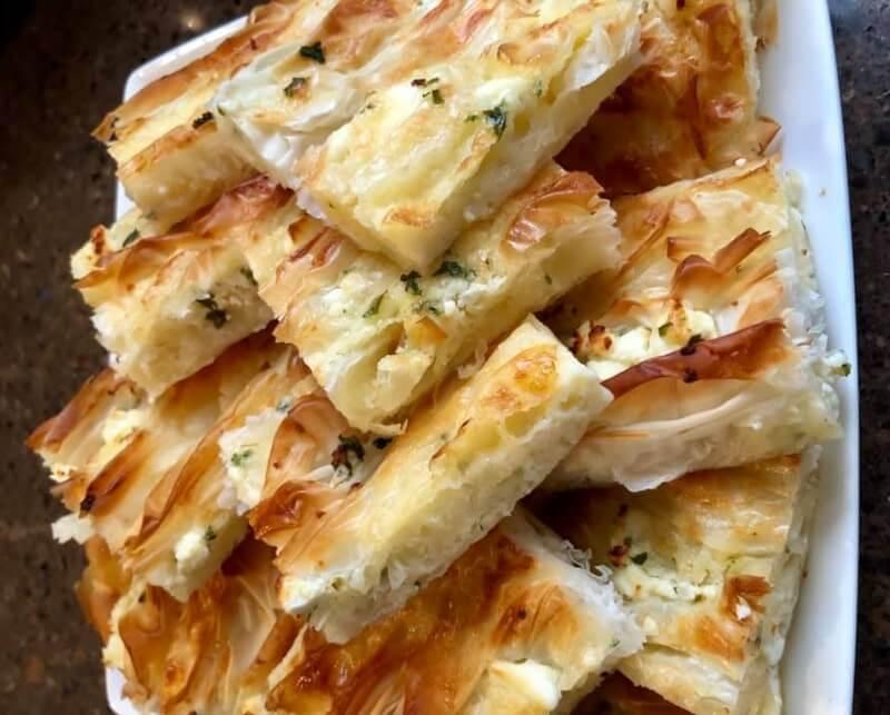 Turkse börek met feta en peterselie
