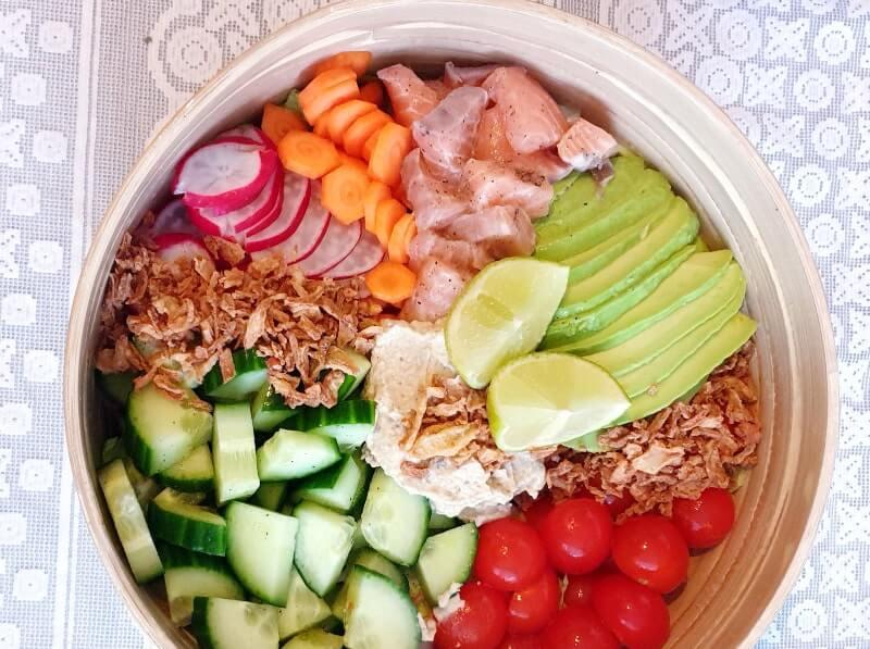 Salade bowl met zalm, avocado en radijsjes